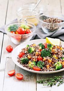 Quinoa Salat mit Brokkoli, Süßkartoffeln und Tomaten